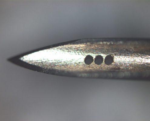 Mikrobohren von Edelstahl: Laserbohrungen in Hohlnadelspitze